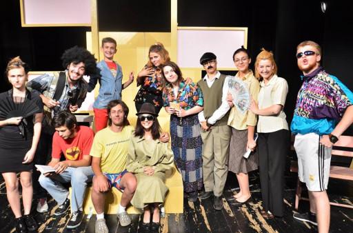 Mlađani glumci u predstavi Tačka razno (Savet za kućni savet)
