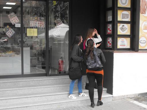 Učesnici Koda demokratije u potrazi za tragovima po Kladovu.