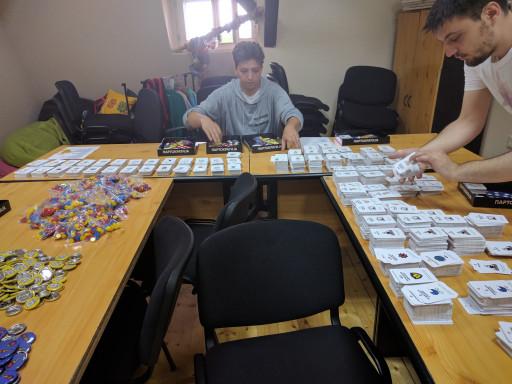 Priprema društvene igre Partokratija u prostorijama Zaječarske inicijative.